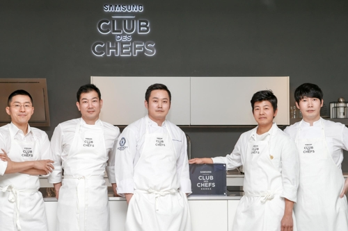 From left are chefs Kang Min-goo, Lim Ki-hak,</p><p>Kwon Hyung-jun, Yim Jung-sik and Lee Chung-hoo. (Yonhap)