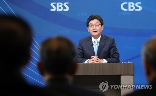 Yoo Seong-min, presidential nominee of the Bareun Party, speaks during a debate hosted by the Korea Broadcasting Journalists Club in Seoul on April 21, 2017. (Yonhap)