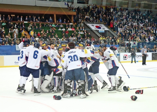 In this photo provided by Hockey Photo, South Korean players celebrate their 2-1 shoot-out victory over Ukraine at the International Ice Hockey Federation (IIHF) World Championship Division I Group A in Kiev, Ukraine, on April 28, 2017. (Yonhap)