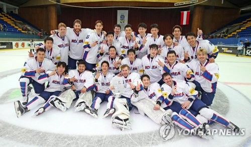 In this photo provided by Hockey Photo, South Korean players pose for pictures after finishing second at the International Ice Hockey Federation (IIHF) World Championship Division I Group A in Kiev, Ukraine, on April 28, 2017. (Yonhap)