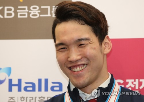 South Korean hockey forward Shin Sang-hoon speaks to reporters at Incheon International Airport on April 30, 2017. (Yonhap)