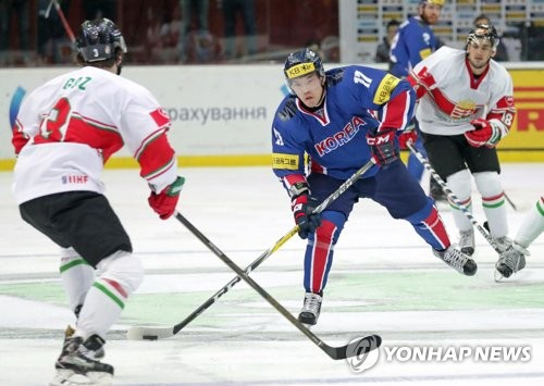 In this photo provided by Hockey Photo, South Korean forward Shin Sang-hoon (C) controls the puck against Hungary during the International Ice Hockey Federation (IIHF) World Championship Division I Group A in Kiev, Ukraine, on April 25, 2017. (Yonhap)