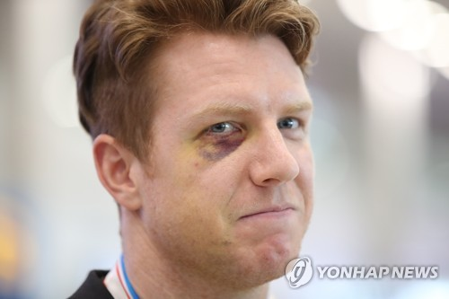 South Korean hockey defenseman Eric Regan arrives at Incheon International Airport on April 30, 2017, after competing at the International Ice Hockey Federation (IIHF) World Championship Division I Group A in Kiev, Ukraine. Regan suffered an orbital fracture after taking a high stick against Hungary. (Yonhap)