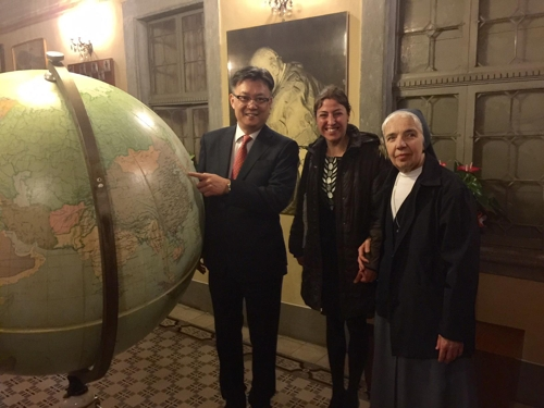 "South Korean Consul General in Milan Chang Jae-bok (L) and  art conservationist Nella Poggi, attend a press conference at the town hall of Sotto il Monte Giovanni Ventitre near Italy's Bergamo on April 28, 2017, to mark the completion of the restoration of a globe at a museum dedicated to Pope John XXIII by using the Korean traditional paper ""hanji,"" in this provided photo. (Yonhap)"