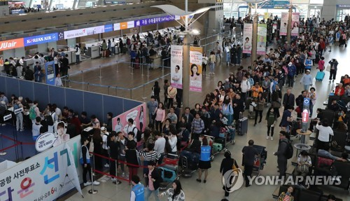 Dozens of people stand in lines at Seoul's Incheon International Airport on May 4, 2017 to cast their ballots in early voting for the upcoming presidential election before embarking on trips over the three-day Children's Day weekend. (Yonhap)