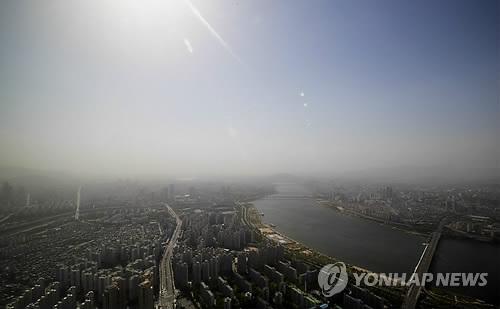 The sky over Seoul is full of fine dust on May 6, 2017. (Yonhap)