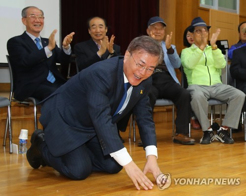 This photo taken on April 18, 2017, shows Moon Jae-in meeting with a group of senior citizens at a public welfare center in Jeonju, North Jeolla Province. (Yonhap)