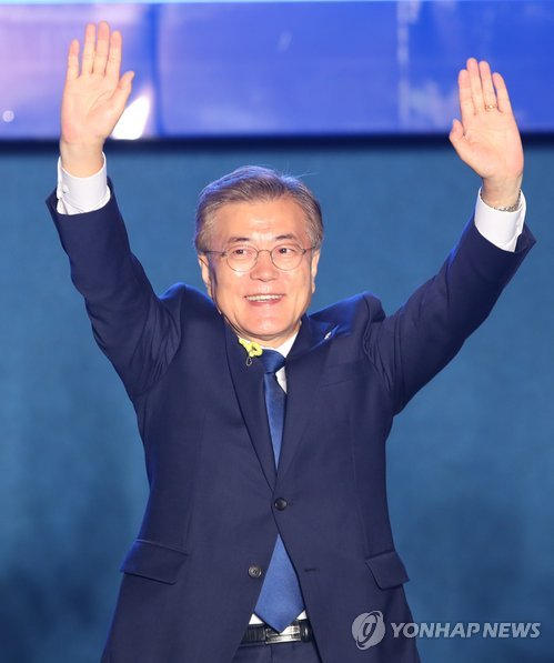 Moon Jae-in, the presidential candidate of the liberal Democratic Party, waves to citizens in Seoul on May 9, 2017, after an exit poll of the just-ended presidential election, released by the three major local broadcasters -- MBC, KBS and SBS -- indicated a clear win for Moon. He was estimated to have garnered 41.4 percent of all votes. (Yonhap)