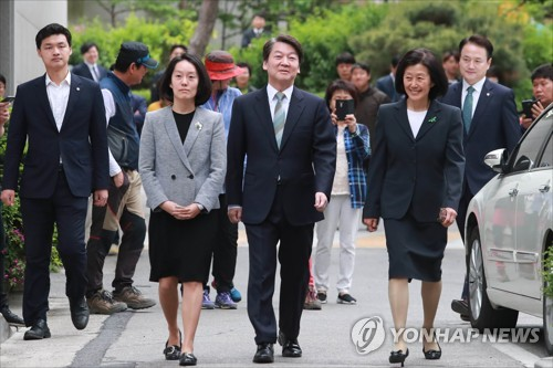 Liberal candidate Moon Jae-in claims victory in S Korea presidential election