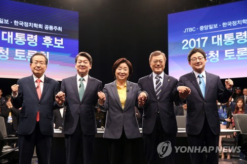 This pool photo shows the leading presidential candidates ahead of a TV debate in Goyang, northwest of Seoul, on April 25, 2017. From left are Hong Joon-pyo of the Liberty Korea Party, Ahn Cheol-soo of the People's Party, Sim Sang-jeung of the Justice Party, Moon Jae-in of the Democratic Party and Yoo Seong-min of the Bareun Party. (Yonhap)