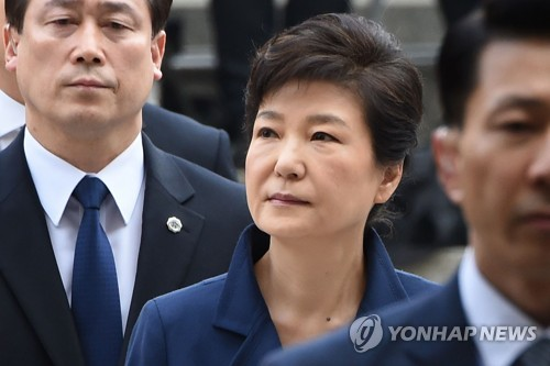 This pool photo shows former President Park Geun-hye entering the Seoul Central District Court on March 30, 2017, to attend a hearing on her arrest warrant. (Yonhap)
