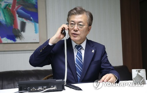 President Moon Jae-in holds a telephone conversation with Lee Sun-jin, Army general and chairman of the Joint Chiefs of Staff, at his home in Seoul on May 10, 2017. (Courtesy of Cheong Wa Dae)