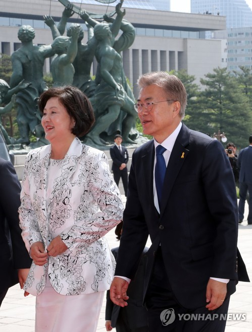 President Moon Jae-in and first lady Kim Jung-sook arrive at the National Assembly in Seoul on May 10, 2017. (Yonhap)