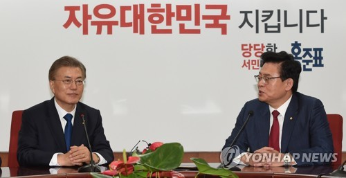 President Moon Jae-in (L) holds talks with Rep. Chung Woo-taik, floor leader of the Liberty Korea Party, at the party's headquarters in Seoul on May 10, 2017. (Yonhap)