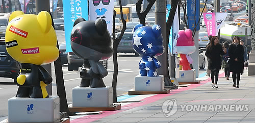 A file photo of K-pop-idol-themed Gangnamdol statues in Apgujeong-dong, southern Seoul. (Yonhap)
