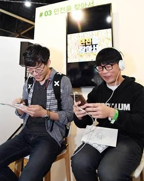 Visitors enjoy gaming content at the venue of the Indie Game Festival held in Seoul on April 22, 2017. (Yonhap)