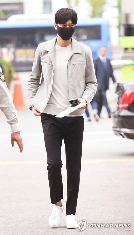 Actor Lee Min-ho arrives at the Gangnam Ward Office on May 12, 2017, to start his military service. (Yonhap)