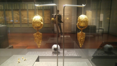 "These earrings and ornaments from the Silla Kingdom, excavated from Geumjochong Tomb in Yangsan, South Gyeongsang Province, are on display in ""The New National Treasures 2014-2016"" at the National Museum of Korea on May 12, 2017. (Yonhap)"