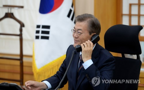 South Korean President Moon Jae-in holds a telephone conversation with Australian Prime Minister Malcolm Turnbull at his presidential office in Seoul on May 12, 2017. (Yonhap)