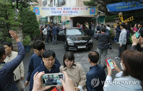Dozens of neighbors and supporters are gathered in front of President Moon Jae-in's private residence in Hongeun-dong, northwestern Seoul, on May 13, 2017, as Moon and first lady Kim Jung-sook left their old home to move into the presidential residence at the presidential office Cheong Wa Dae. (Yonhap)