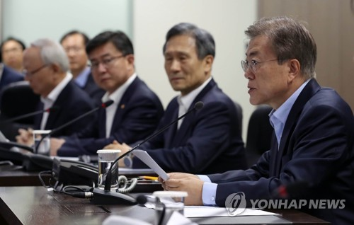 South Korean President Moon Jae-in (R) presides over a National Security Council meeting at Cheong Wa Dae on May 14, 2017. (Yonhap)