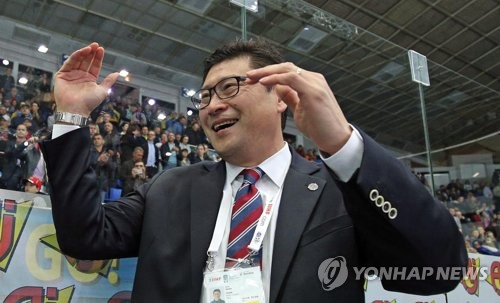 In this photo provided by Hockey Photo, South Korea head coach Jim Paek reacts after his team defeated Ukraine 2-1 in a shootout at the International Ice Hockey Federation (IIHF) World Championship Division I Group A tournament at the Palace of Sports in Kiev, Ukraine, on April 28, 2017. (Yonhap)