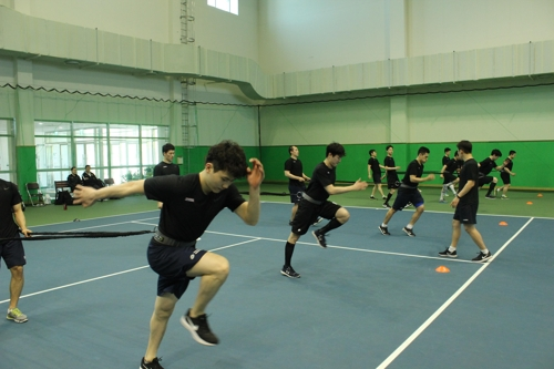 South Korean men's hockey players take part in drills at the Jincheon National Training Center in Jincheon, North Chungcheong Province, on May 15, 2017. (Yonhap)