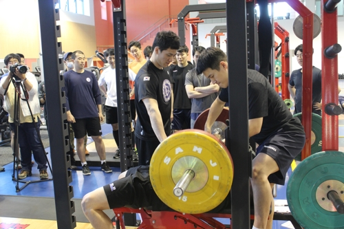 South Korean men's hockey players take part in weightlifting workouts at the Jincheon National Training Center in Jincheon, North Chungcheong Province, on May 15, 2017. (Yonhap)