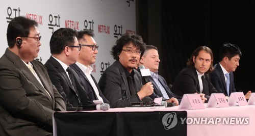 "South Korean director Bong Joon-ho speaks during a news conference to promote his new film ""Okja"" at a Seoul hotel on May 15, 2017. (Yonhap)"