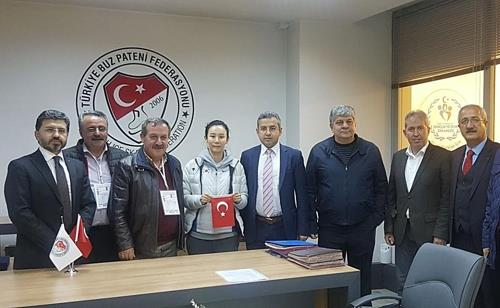 In this photo captured on the website of the Turkish Ice Skating Federation, former South Korean national team short track speed skater Kim Hye-kyung (fourth from L) stands among Turkish officials after being named head coach of the Turkish national team. (Yonhap)