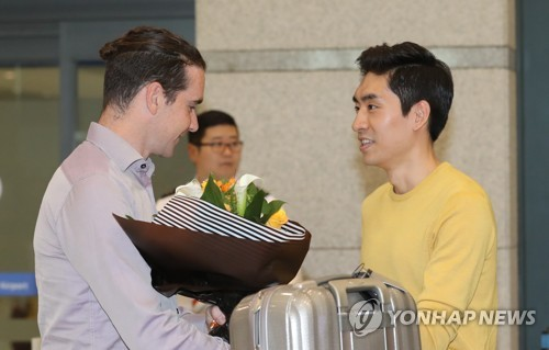 Bob de Jong (L), former Dutch speed skater named an assistant coach for the South Korean national team, receives a bouquet of flowers from South Korean skater Lee Seung-hoon after arriving at at Incheon International Airport on May 16, 2017. Lee and de Jong won gold and bronze medals in the men's 10,000 meters at the 2010 Vancouver Winter Olympics. (Yonhap)