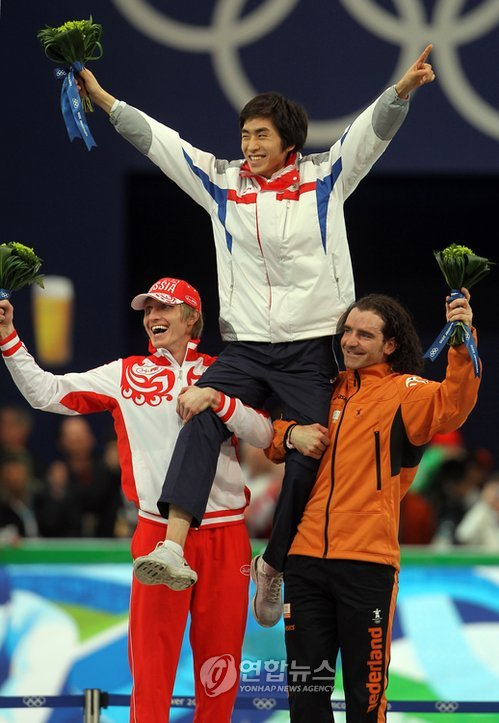 In this file photo taken on Feb. 23, 2010, South Korean speed skater Lee Seung-hoon (C) is hoisted up by Ivan Skobrev of Russia (L) and Bob de Jong of the Netherlands (R) on the podium after winning the 10,000m gold medal at the 2010 Vancouver Winter Olympics at Richmond Olympic Oval in Richmond, British Columbia. (Yonhap)