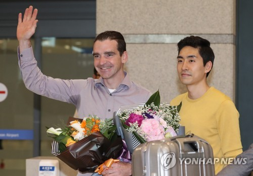 Bob de Jong (L), former Dutch speed skater appointed as an assistant coach for the South Korean national team, waves to the crowd gathered at Incheon International Airport on May 16, 2017, as South Korean speed skater Lee Seung-hoon looks on. (Yonhap)