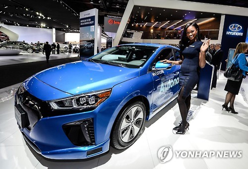 A model poses with Hyundai Motor's Ioniq autonomous electric vehicle at the Detroit motor show on Jan. 9, 2017, in this photo provided by the carmaker. Hyundai unveiled its Ionic EVs and hybrids in the North American auto market in February. (Yonhap)