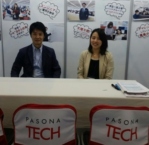 In this photo taken on May 11, 2017, Pasona Tech Executive Officer Suehisa Yaji (L) and Kubota Sari, head of recruitment, pose before interviews with Korean applicants during a job fair at KINTEX last week. (Yonhap)