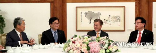 President Moon Jae-in (2nd from R) holds a luncheon meeting with political leaders at the presidential office Cheong Wa Dae on May 19, 2017. (Yonhap)