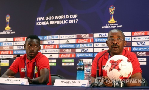 Guinea's under-20 national football team head coach Mandjou Diallo (R) attends a press conference with midfielder Alseny Soumah at Jeonju World Cup Stadium in Jeonju, North Jeolla Province, on May 19, 2017, one day ahead of their FIFA U-20 World Cup opening match against South Korea. (Yonhap)