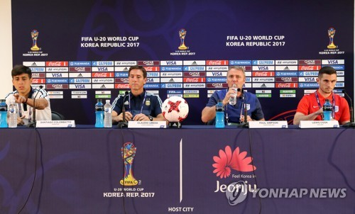 Head coaches and players of Argentina and England attend a press conference at Jeonju World Cup Stadium in Jeonju, North Jeolla Province, on May 19, 2017, one day ahead of their opening match of the FIFA U-20 World Cup in South Korea. From left are Argentine midfielder Santiago Colombatto, Argentine head coach Claudio Ubeda, England head coach Paul Simpson and midfielder Lewis Cook. (Yonhap)