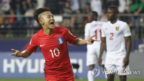 South Korean midfielder Lee Seung-woo celebrates after scoring a goal against Guinea in the opening match of the FIFA U-20 World Cup in South Korea at Jeonju World Cup Stadium in Jeonju, North Jeolla Province, on May 20, 2017. (Yonhap)