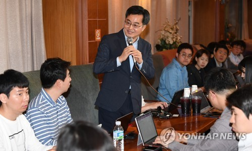 South Korea's finance minister nominee Kim Dong-yeon speaks at a press meeting in Gwacheon, south of Seoul, on May 21, 2017. (Yonhap)