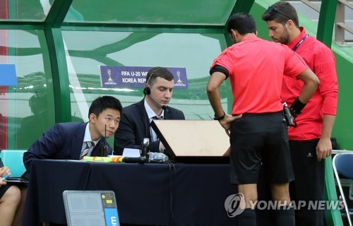 Match officials conduct on-field video review during the FIFA U-20 World Cup Group A match between Argentina and England at Jeonju World Cup Stadium in Jeonju, North Jeolla Province, on May 20, 2017. (Yonhap)