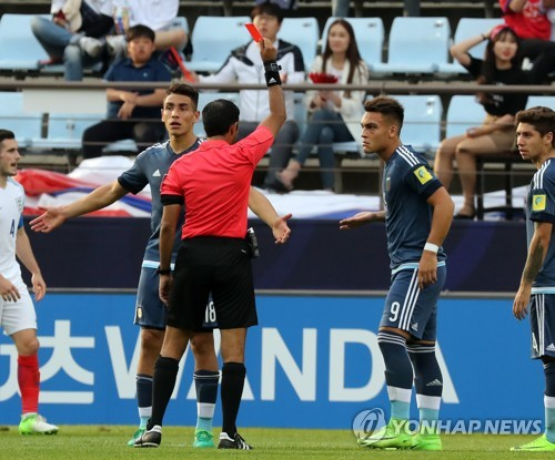Argentina forward Lautaro Martinez (2nd from R) is shown a red card by the referee during a FIFA U-20 World Cup Group A match between Argentina and England at Jeonju World Cup Stadium in Jeonju, North Jeolla Province, on May 20, 2017. (Yonhap)