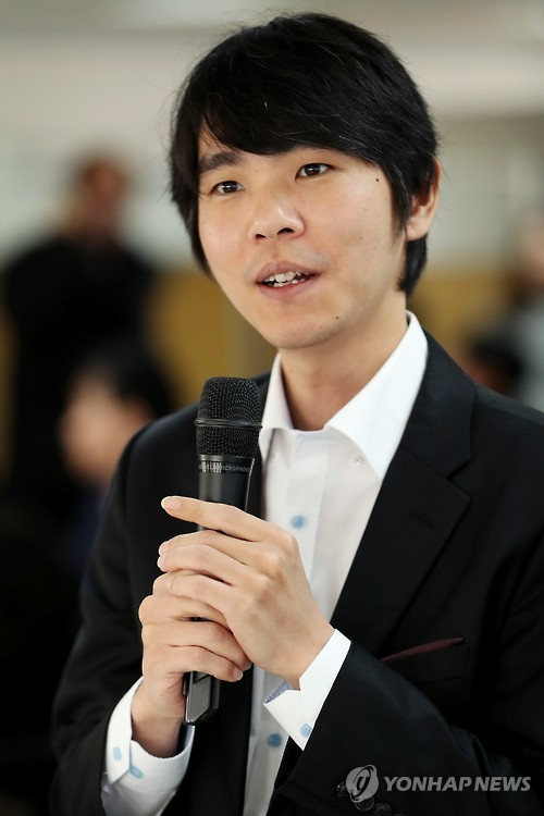 In this file photo taken on Dec. 13, 2016, South Korean Go master Lee Se-dol speaks in an event hosted by the Korea Baduk Association (KBA) in Seoul. (Yonhap)