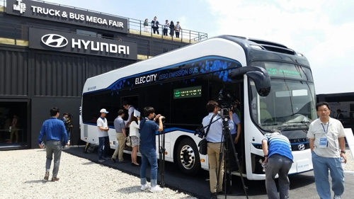 In this photo taken on May 25, 2017, reporters take a photo of the Elec City, an all-electric bus to be launched by Hyundai Motor in the domestic market next year, during the Truck & Bus Mega Fair held through Sunday in Goyang, just northwest of Seoul. (Yonhap)
