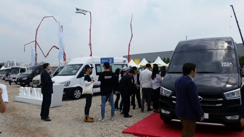 This photo taken on May 25, 2017, shows media and Hyundai Motor officials looking around commercial vehicles displayed at a commercial car exhibition held through Sunday in Goyang. (Yonhap)