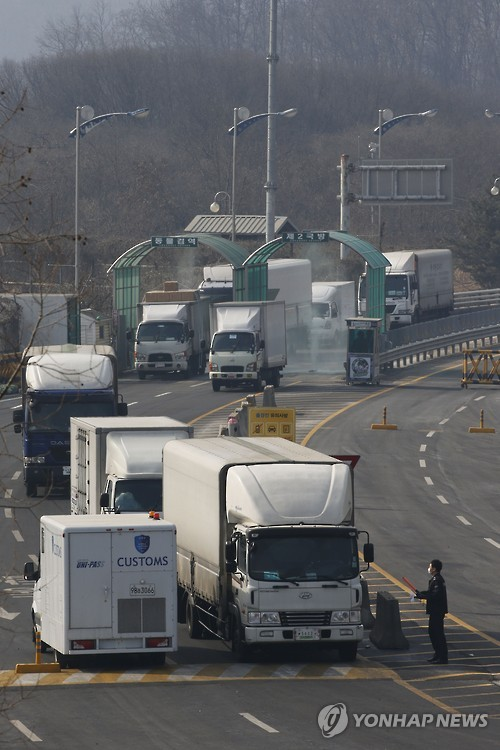 Vehicles pass through an inter-Korean immigration office in Paju, north of Seoul, on Feb. 11, 2016, returning from the North's Kaesong Industrial Complex after Seoul's decision to shut down it was annunced the previous day. (Yonhap)
