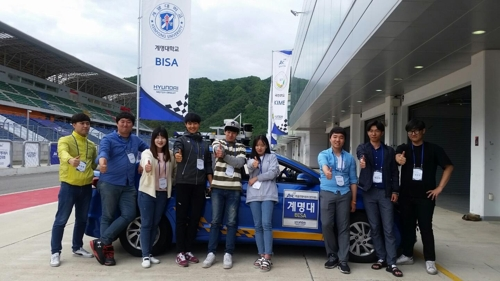 In this photo, taken on May 26, 2017, the Keimyung University team raise their thumbs after winning the Autonomous Vehicle Competition held in Inje, 165 km east of Seoul, Friday. (Yonhap)