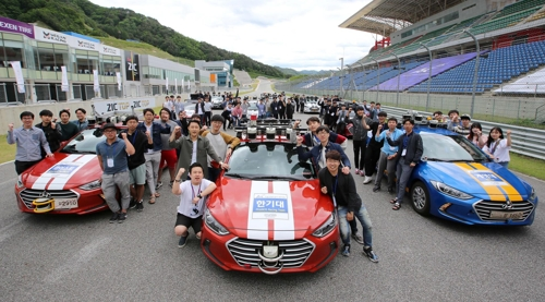 In this photo, taken on May 26, 2017, participating students from 11 universities pose for photos before the autonomous vehicle competition held Friday in Inje, 165km east of Seoul. (Yonhap)