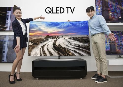 samsung qled 75. models pose with samsung electronics co.\u0027s 75-inch q8 curved qled tv qled 75 1