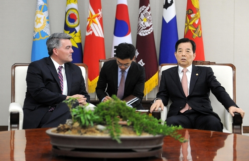 Defense Minister Han Min-koo meets with Sen. Cory Gardner (R-CO), chairman of the Foreign Relations Subcommittee on East Asia, at his office in Seoul on May 29, 2017, in this photo provided by Han's ministry. (Yonhap)